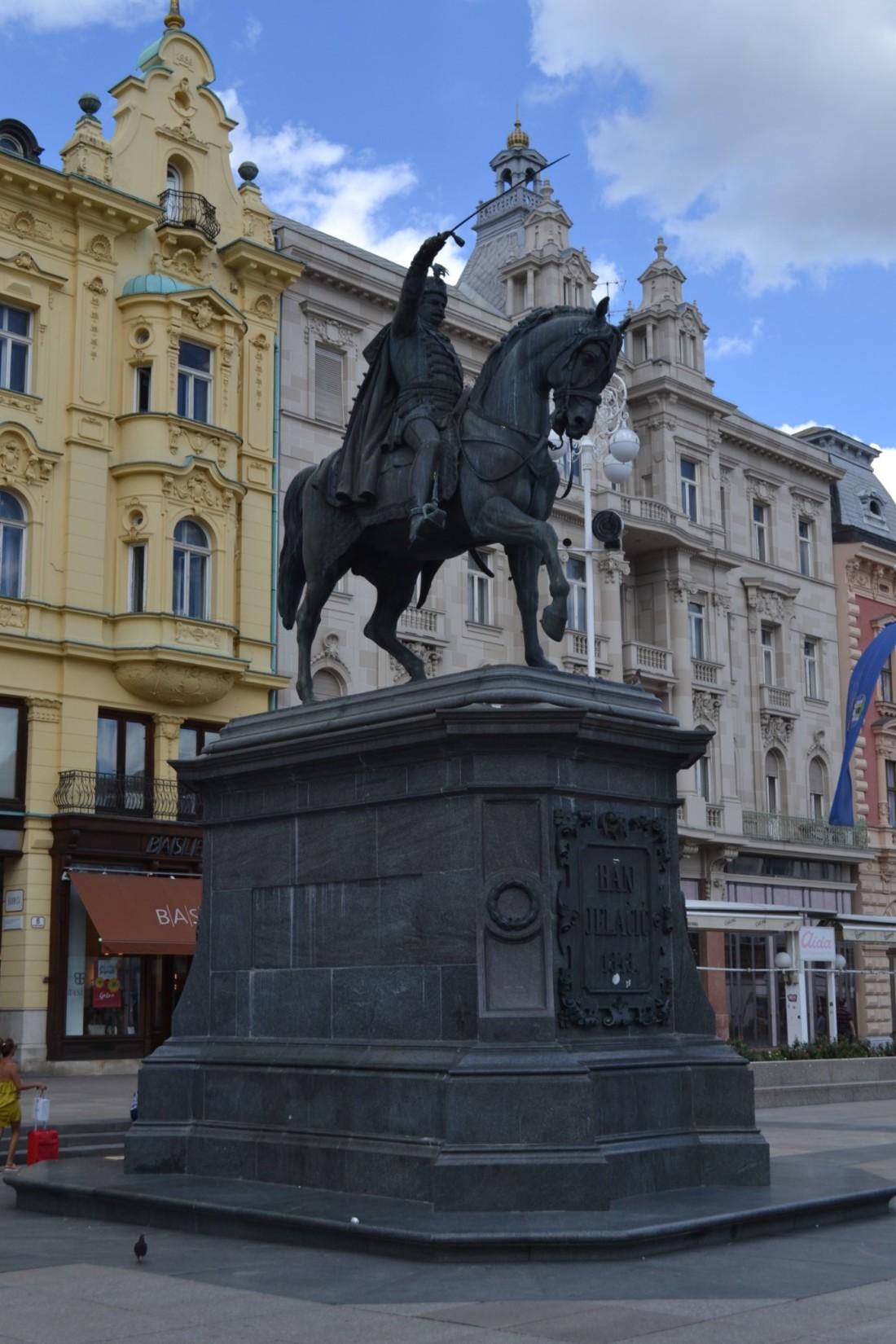 twomenabouttown-eutour-croatia-statue