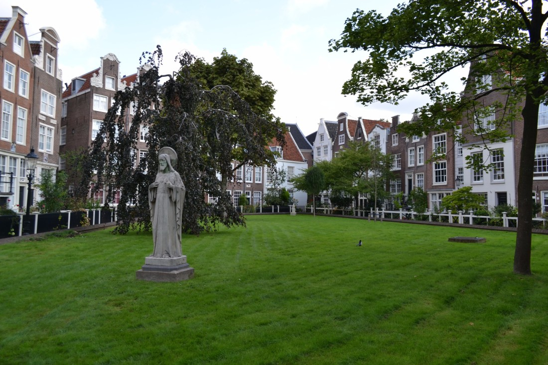 TwoMenAboutTown-netherlands-amsterdam-Beguines-Courtyard