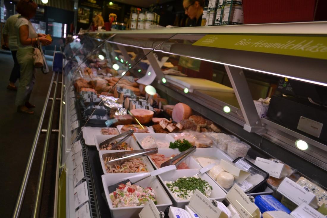 TWOMENEUTOUR-BREXIT-EU-GERMANY-STUTTGART-market-stall