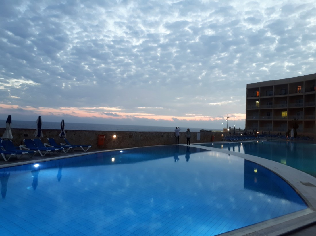 Malta_pool_sunset