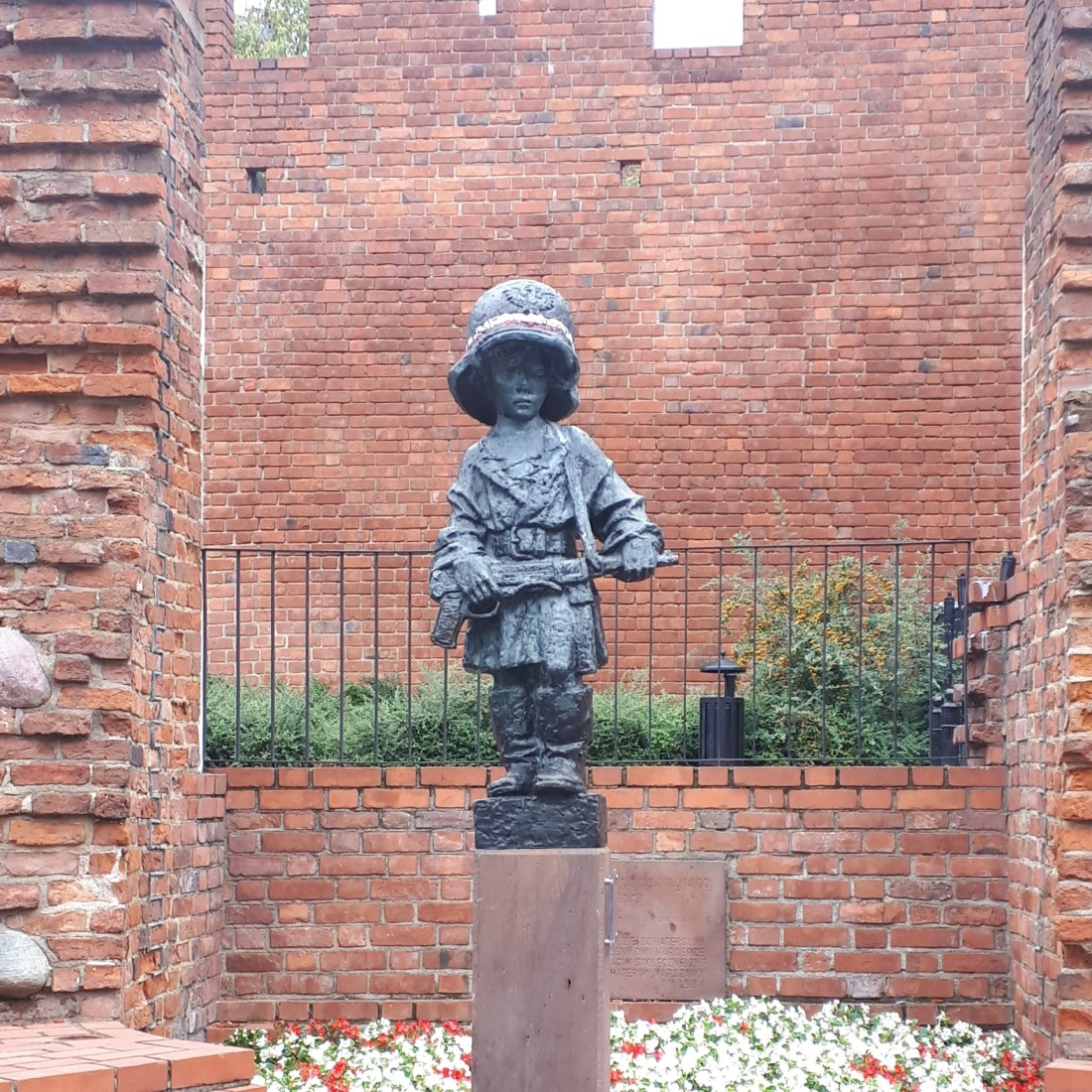 Poland_boy_statue